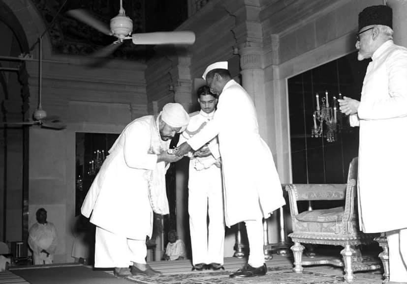Ustad Haafiz Ali Khan receiving the Sangeet Natak Academy Fellowship from Dr. Rajendra Prasad. Maulana Abdul Kalam looks on. (1952) FriedEye